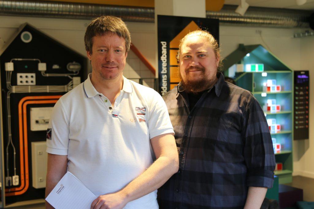 Lärarna Patrik Arvidsson och Alfred Zakrisson besöker fastighetslabbet med sina elever